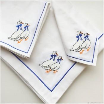 Льняная скатерть на стол с вышивкой квадратная/прямоугольная Гусь с бантом